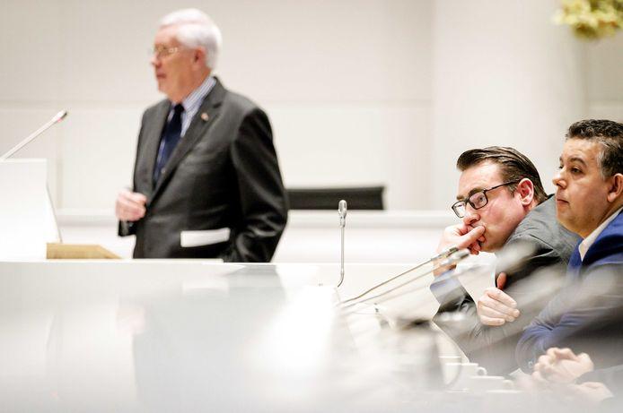 Wiegel, De Mos en Guernaoui in de raadzaal van het stadhuis.