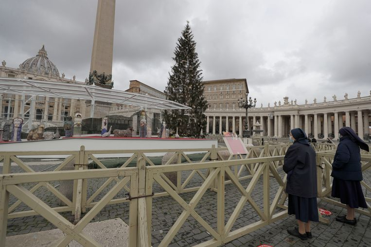 Nuns stand in front of the Nativity scene prior to the start of Pope Francis' Urbi et Orbi message (Latin for 'to the city and to the world' ) on Christmas' day in St. Peter's Square, at the Vatican, Friday, Dec. 25, 2020. (AP Photo/Gregorio Borgia) Beeld AP