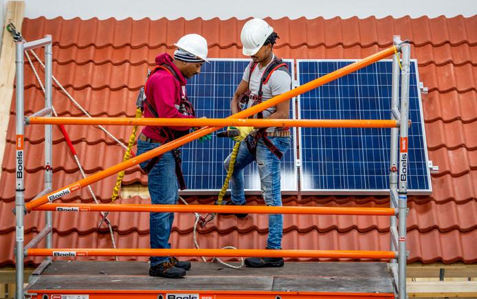 Statushouders en mogelijk ook langdurig werklozen worden in deze loods in paar weken opgeleid voor 'tekortberoepen' als zonnepaneelmonteur.