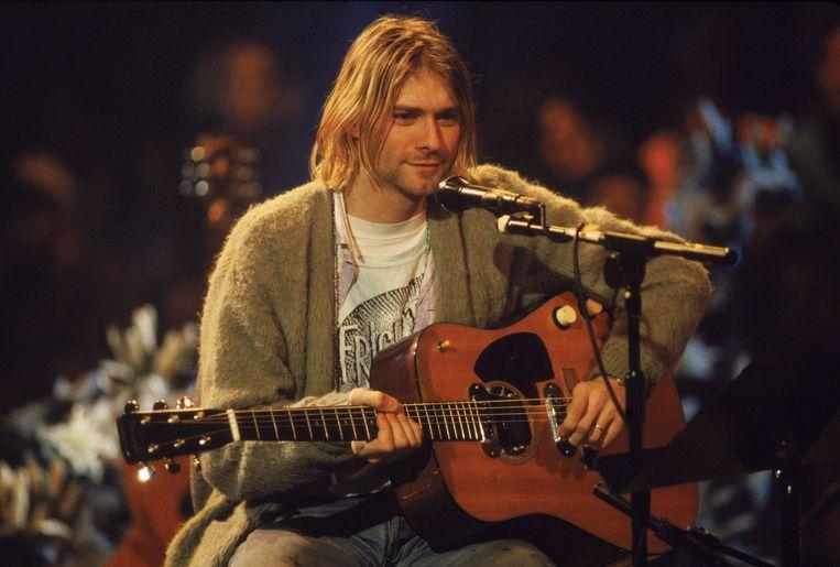 Kurt Cobain in 1993 tijdens het legendarische 'Unplugged'-concert. Deze gitaar is van u voor 1 miljoen dollar.  Beeld Getty Images