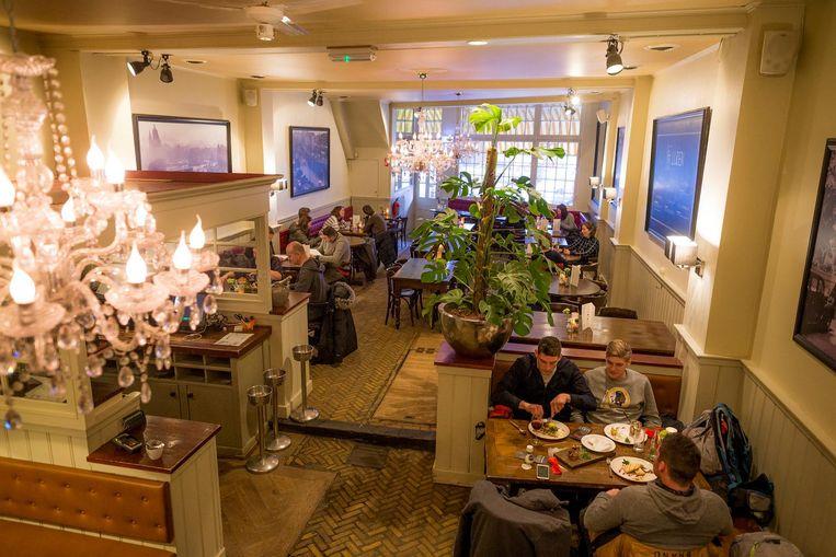 Schnitzel bij Brasserie Luden: Bediening wisselt nogal. Dan weer die, dan die ¿ en vervolgens zijn ze allemaal naar huis Beeld Rink Hof