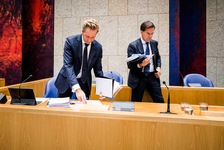 Minister Hugo de Jonge van Volksgezondheid (CDA) en Premier Mark Rutte tijdens een schorsing van het Tweede Kamer debat over het coronavirus. Beeld ANP