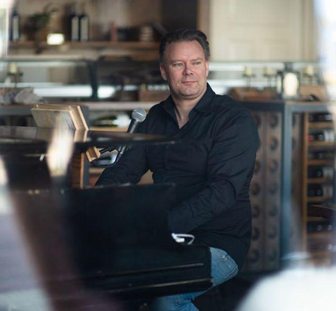 Carl Groeneveld achter zijn piano.