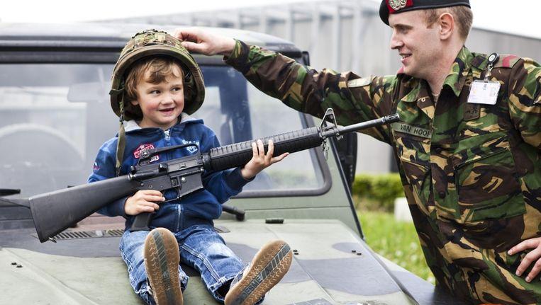 Een jonge bezoeker tijdens de jaarlijkse Landmachtdagen in Oirschot. Beeld anp