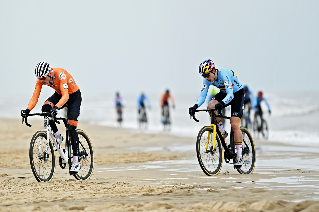Van der Poel en Van Aert klieven door het zand.