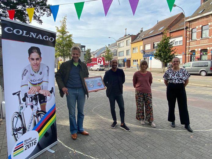 In Walem hangen de vlaggen al uit; met Paul Mortelmans (Wielermuseum), Abdrahman Labsir (Sportschepen), Mieke Van Velthoven (dorpsconsulent) en Maaike van Heeswijk (dorpsraad Walem)