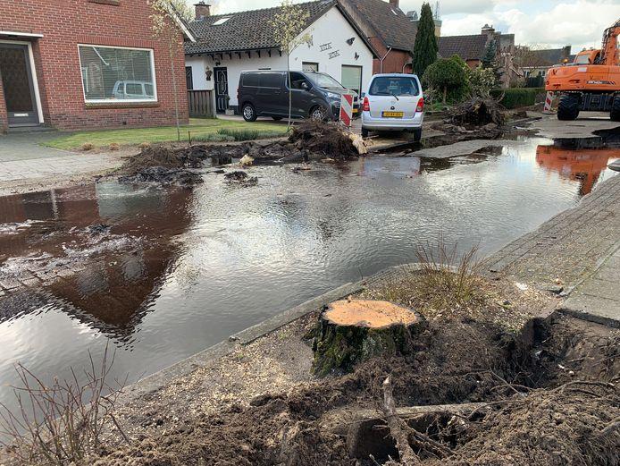 Een gesprongen waterleiding zorgt voor flink veel wateroverlast aan de Johan Clemmestraat in Mariënberg.