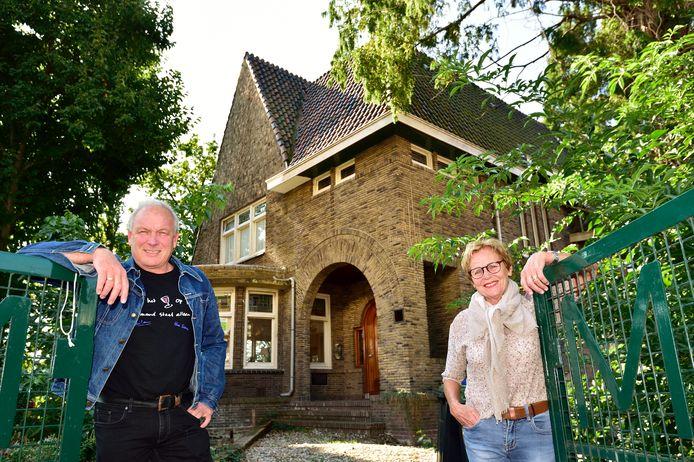René Driesen en Helma van der Louw bij Villa Van Teylingen, die met sloop wordt bedreigd.