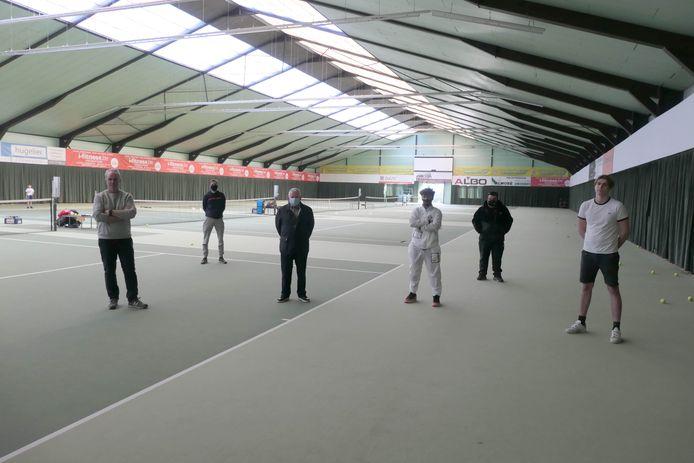 De uitbaters, trainers en leden van tennisclub 't Sas zouden deze 3.700 vierkante meter grote tennishal maar wat graag opnieuw in gebruik kunnen nemen.