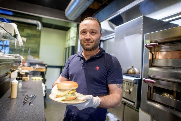 Ninos Malki van restaurant Matos Matador in Hengelo maakt gerechten voor 30 medewerkers van de spoedeisende hulp bij ZGT in Almelo.