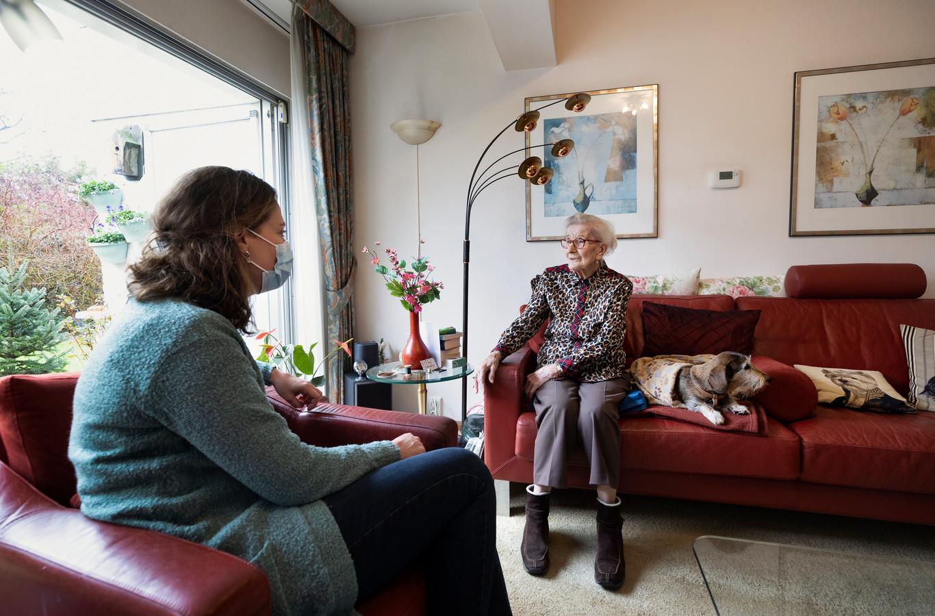 Pien Gimbrère-Kroes, specialist ouderengeneeskunde van Zorgboog in Balans, bespreekt hoe het gaat met de 98-jarige mevrouw Lauxstermann, die nog thuis woont.