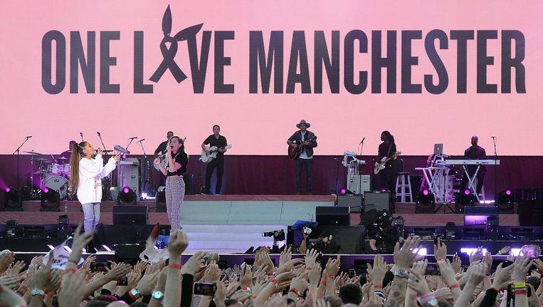 Ariana Grande strikte vele andere wereldsterren voor haar benefietconcert. Hier zingt ze samen met Miley Cyrus.