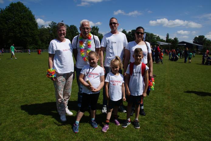 Drie generaties van de familie De Jong uit Nijkerk liepen zaterdag mee met de 61ste Veluwe Wandeltocht. Links nestor Ineke.