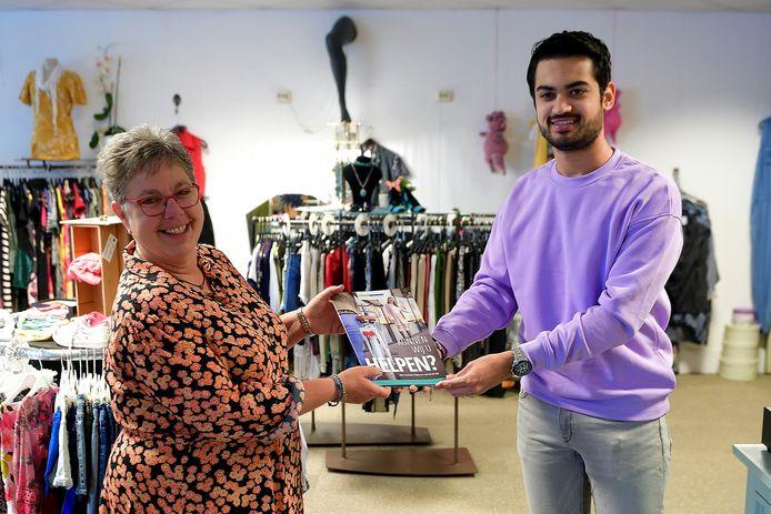Het eerste boekje wordt uitgereikt aan Rian Liefhebber van de Ontmoetingswinkel in Steenbergen.