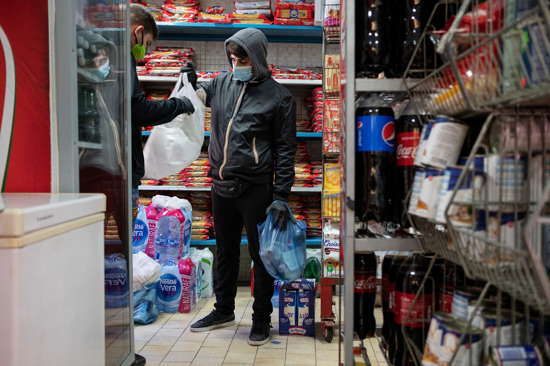 Een man werkt zwart als boodschappenbezorger in Napels. Beeld Giulio Piscitelli