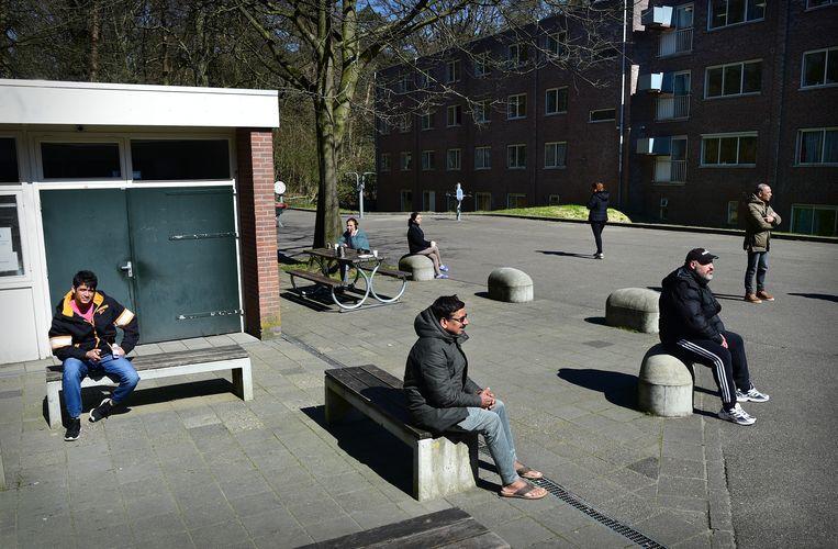 Asielzoekers van het AZC in Wageningen scheppen een luchtje.  Beeld Marcel van den Bergh