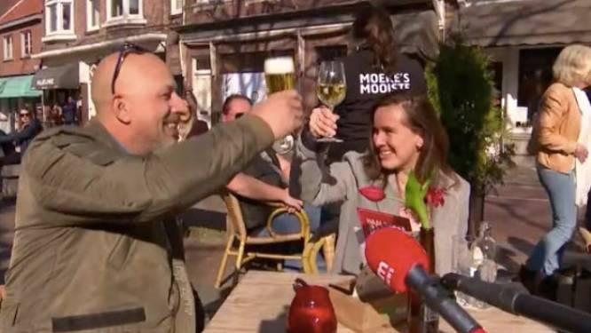 """Nederlandse cafébazen serveren drank tijdens protestactie: """"We moeten angstpropaganda doorbreken"""""""