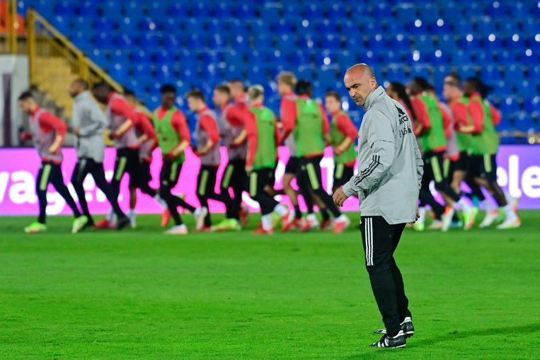 Roberto Martínez keurt het veld in Kazan. Beeld Photo News