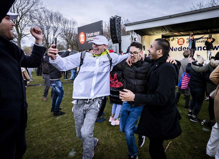 Jonge aanhangers van Forum voor Democratie in het Westerpark in de hoofdstad tijdens een campagnebijeenkomst op de verkiezingsdag. Forum voor Democratie is een van de partijen die het goed doet onder jongeren.  Beeld ANP