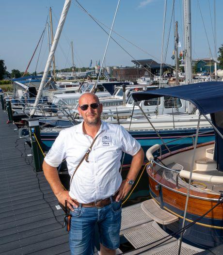 Havenmeester Henk heeft geen tijd voor een frisse duik, want de haven in Elburg ligt 'alle dagen ramvol'