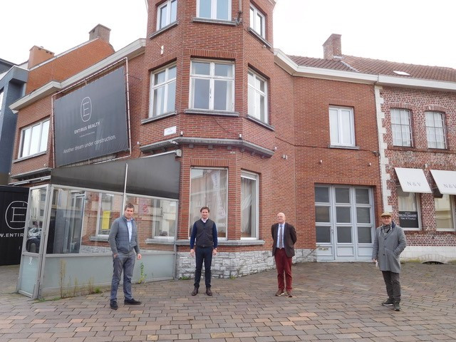 Entirus plant een bouwproject op het Toyeplein. V.l.n.r.: Dhr. Raf Deprez (Schepen Ondernemen Zwevegem), Charles D'Hooghe (Entirus Realty), Marc Doutreluingne (Burgemeester Zwevegem), Piet Goddeeris (Bureau Goddeeris Architecten)