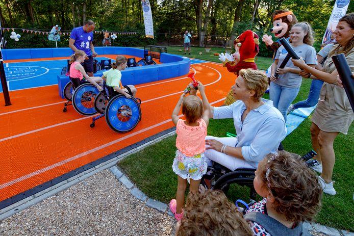 In de tuin bij Villa Pardoes wordt door Esther Vergeer samen met een kleine gast het Sport Court geopend.