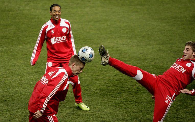 Toby Alderweireld (rechts) raakt bijna het hoofd van Rasmus Lindgren terwijl Urby Emanuelson toekijkt tijdens de training van Ajax in Marseille. Foto ANP/Olaf Kraak Beeld