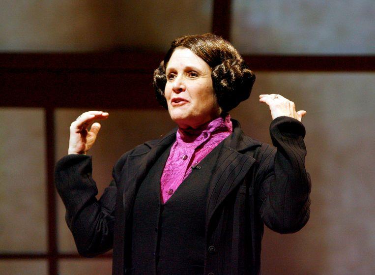 Carrie Fisher legt in haar voorstelling 'Wishful Drinking' (2008) het kapsel van Princess Leia uit. Beeld Photo News