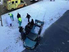 Omstanders voorkomen dat auto te water gaat aan de Avelingen