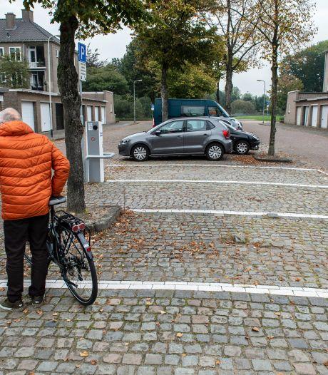 Met briefjes op de laadpaal vecht de wijk een parkeervete uit: 'Geen oplaadplek door uw luie gedrag!'
