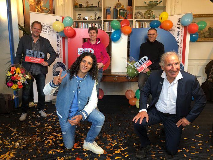 Directeur Ricardo Eshuis van SVH (l.) samen met  Ali B, en andere prijswinnaars bij de uitreiking van de BID Awards 2021 in Den Haag.