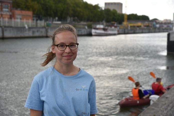 """Lauren De Crombrugghe van Canal It Up: """"Het werkt aanstekelijk. Sommige vrijwilligers ga na een uur varen op straat verder met opruimen""""."""