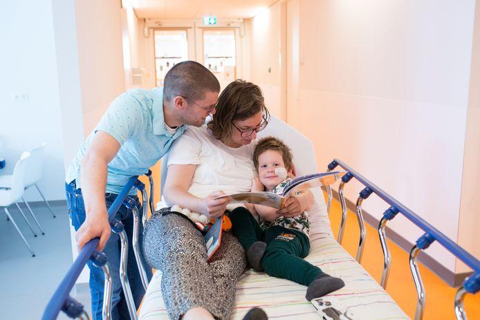 Precies twee jaar nadat er leukemie bij haar zoon Arthur wordt geconstateerd, publiceert Hester Verberne haar prentenboek 'De wonderlijke reis'.