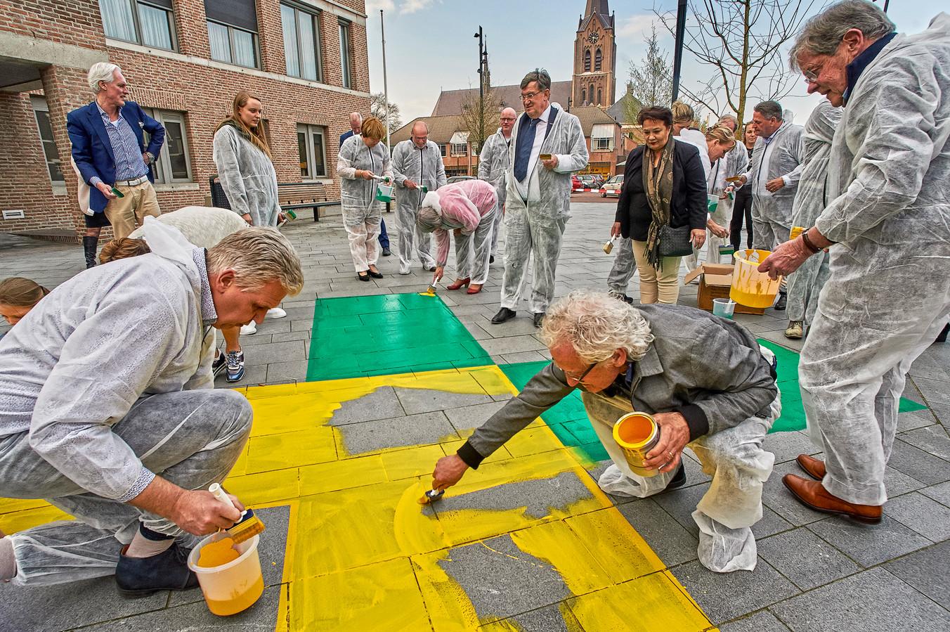 De gemeenteraden van Landerd en Uden kalkten in april het logo van de nieuwe gemeente op het plein bij het gemeentehuis te Zeeland.