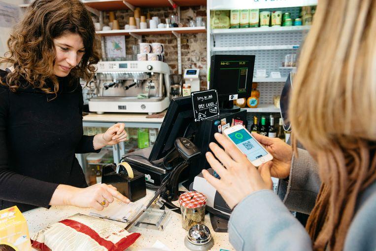 In de Gentse koffiebar Moor&Moor kan je enkel met je kaart of smartphone betalen. Beeld Illias Teirlinck