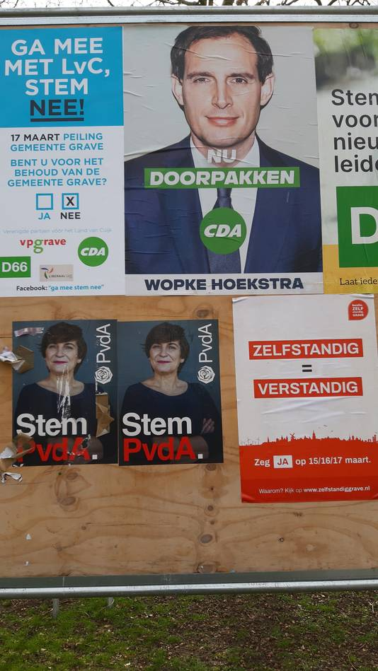 De voor- en tegenstanders vorige week op het bord met verkiezingsposters. Met toepasselijk in het midden de CDA-leus 'Nu doorpakken.'