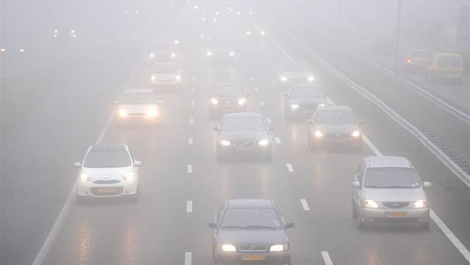 Dichte mist in Oost-Nederland: Pas je snelheid aan (en koop een auto met radar)