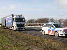 Politie moet raam inslaan om chauffeur (28) uit gestolen vrachtwagen te krijgen langs A1 bij Holten