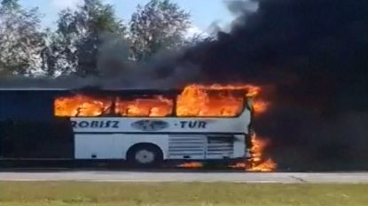 Bus in lichterlaaie op snelweg: 45 passagiers kunnen ontkomen