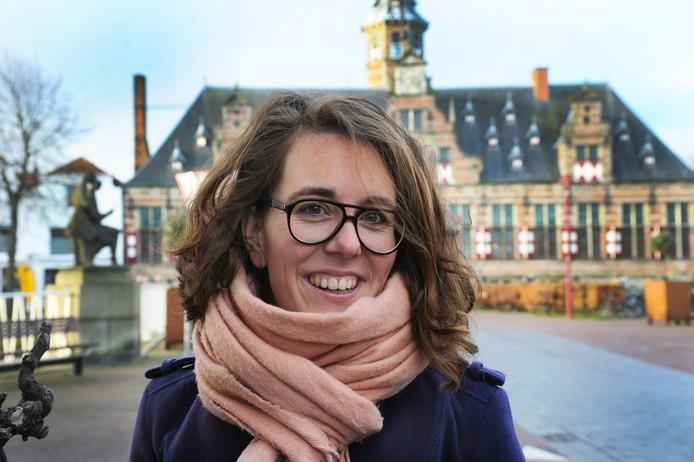 """Anna de Bruyckere, stadsdichter van Middelburg in 2018/2019: ,,Ik heb het menselijke verhaal nodig. De onderlinge verhoudingen, de gebreken, de pijn van het falen, het plezier van wat er wel lukt. Paradoxaal genoeg ben ik als stadsdichter de stad zelf meer en meer kwijtgeraakt als focus."""""""