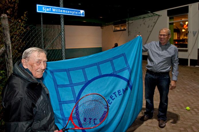 Sjef Willemsen zal nooit worden vergeten in Heeten. Hier onthulde hij op 4 november 2011 het bord dat zijn naam voor altijd levend houdt, samen met René Spitzen, voorzitter van de plaatselijke tennisvereniging.
