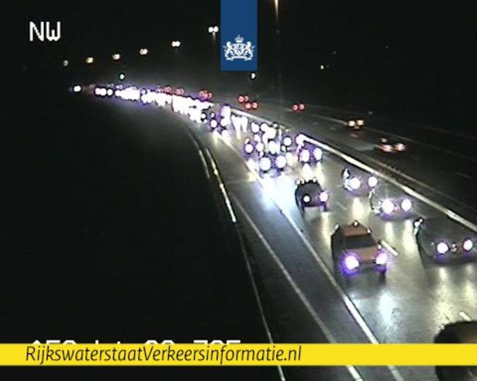 Het verkeer loopt op meerdere plekken vast op de A58 tijdens de avondspits.