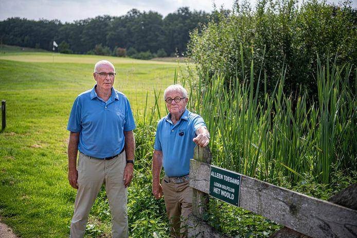 Het Woold telt 350 planten- en 150 vogelsoorten. 'We kozen voor een natuurgebied met daarin een golfbaan, niet andersom', zegt Harry Span (rechts). Naast hem 'natuurchef' Ad Verhoeven.