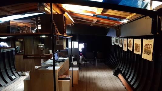 De tentoonstelling Dat Wat Blijft gaat over de Zuid-Willemsvaart en de mensen die er wonen en gebruik van maken. Het vindt plaats op een schip.