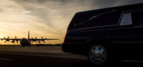 Vliegtuig met stoffelijke resten MH17-slachtoffers onderweg naar Eindhoven