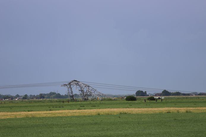 In Oosterwolde zijn vier elektriciteitsmasten omgewaaid.