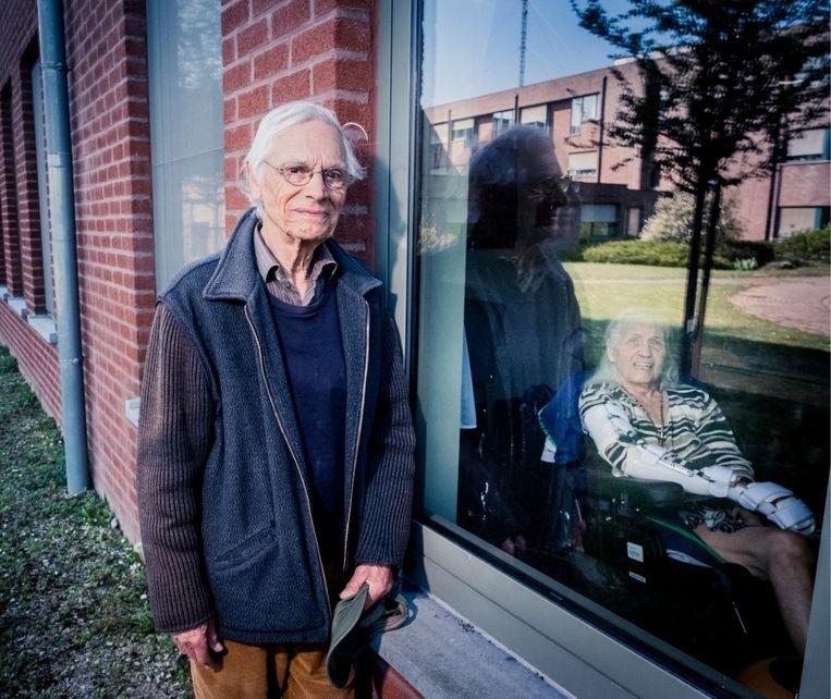 Herwig Lampaert: 'Ik zie mijn vrouw Rolande alleen nog door het raam, elke dag zit ik anderhalf uur naar haar te kijken. Het verlangen om haar aan te raken is groot.' Beeld