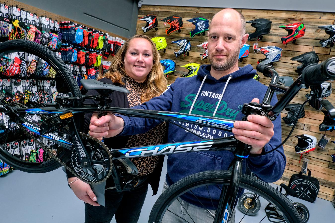 Marloes en Hans Kruijswijk hadden tot voor kort alle BMX-artikelen noodgedwongen opgeslagen in hun eigen huis, maar nu hebben ze een eigen winkelpand aan de Einsteinstraat in Dordrecht.