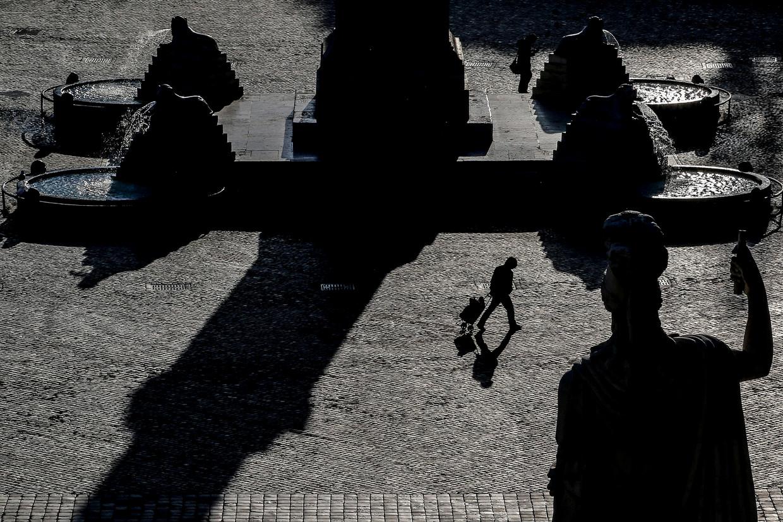 Terwijl in het noorden van Italië het coronavirus in volle hevigheid woedt en steden een desolate indruk geven, liggen ook de straten en pleinen, zoals hier het Piazza del Popolo in Rome, er verlaten bij. Ook het zuidelijke puntje van het schiereiland, waar mensen vooral buiten leven, ontsnapt niet aan het opgelegde isolement. 'De meesten worden knettergek.'