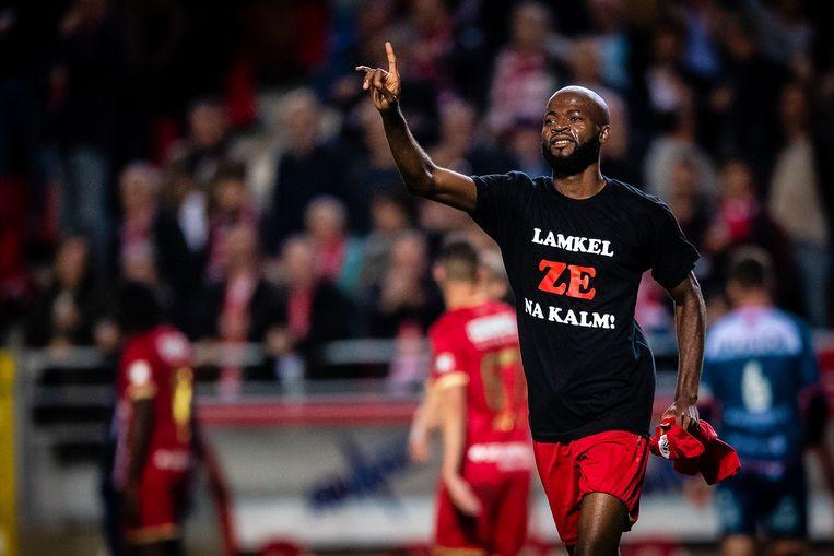 Antwerpspeler Lamkel Ze toont zijn 'Lamkel Ze na kalm!'-shirt na zijn goal tegen KV Kortrijk zaterdagavond.